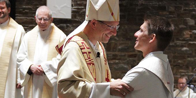 Mit einem herzlichen Friedensgruß schließt Bischof Michael die Weihehandlung ab (Foto: Grabowska)