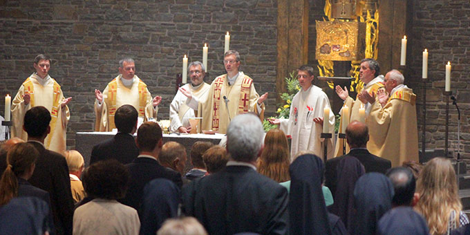Zum ersten Mal als Priester mit am Altar (Foto: Grabowska)