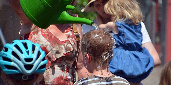 Eine Dusche bei den heißen Temperaturen macht besonders Spaß(Foto: Huber)