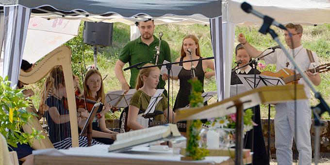 Eine Musikgruppe gestaltet den Gottesdienst (Foto: Huber)