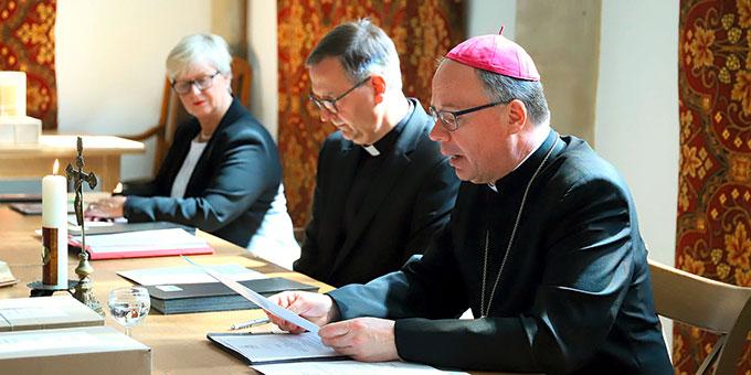 Bischof Dr. Stephan Ackermann und Prälat Dr. Georg Holkenbrink sowie die Notarin Marianne Stauß (Foto: Bistum Trier)