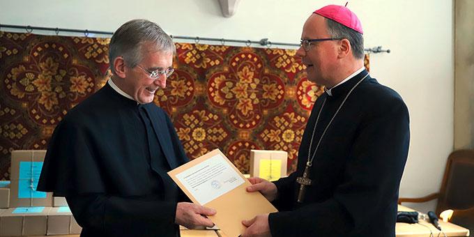 Bischof Ackermann beauftragt den Postulator des Seligsprechungsverfahren, Pater Heribert Niederschlag, die Dokumente unbeschadet und nach bestem Gewissen nach Rom zu bringen. (Foto: Bistum Trier)