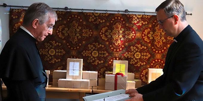 Der Postulator legt einen Eid ab (Foto: Bistum Trier)