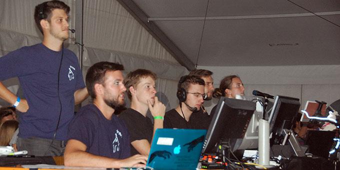 Das Technikteam, das Licht, Ton, Bild, Geräusch- und V ideo-Zuspielung steuert (Foto: Brehm)