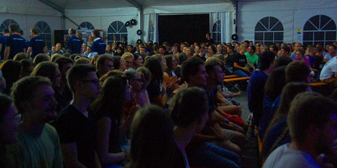 Knapp 500 Jugendliche erleben den Eröffnungsabend mit (Foto: Brehm)