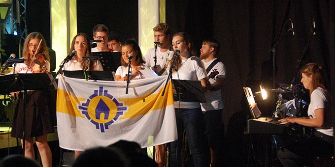 Die in der Helferwoche gebildete Musikgruppe spielt das Mottolied (Foto: Brehm)