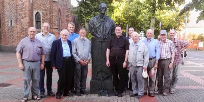 Gruppenbild vor dem Karl-Leisner-Erinnerungsmal von Bert Gerresheim vor der Stiftskirche in Kleve (Foto: Holger Weikamp )