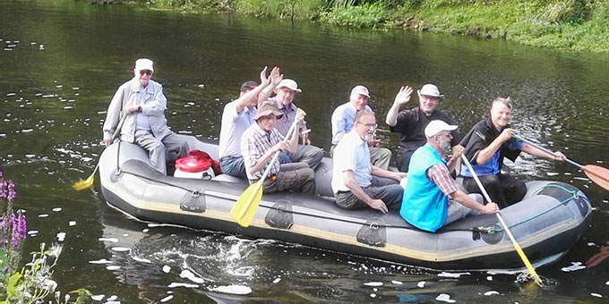 Pilgern auf dem Wasser: Schlauchbootfahrt auf der Niers (Foto: Holger Weikamp )
