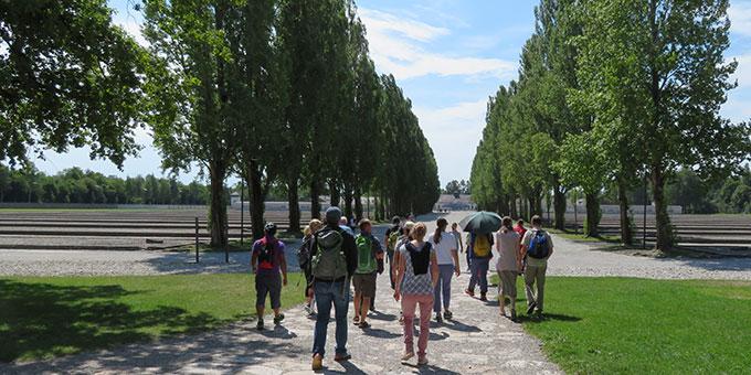 Auf der Lagerstraße der KZ-Gedenkstätte Dachau (Foto: Kiser)