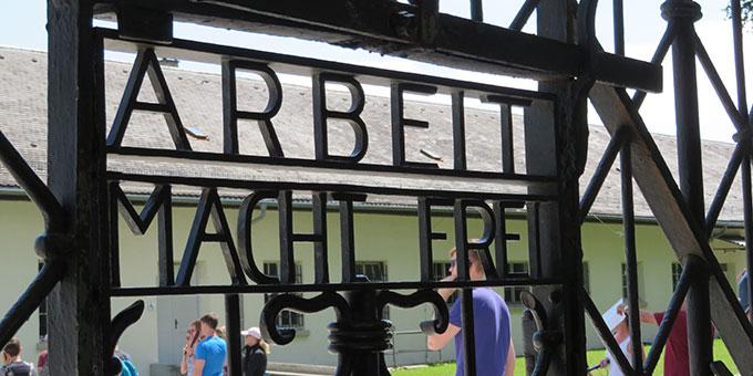 Eingangstor zum ehemaligen Konzentrationslager Dachau (Foto: Kiser)