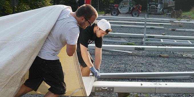 Miteinander: Technik- und Logistik-Team beim Zeltaufbau (Foto: NdH, Raphaela Immler)