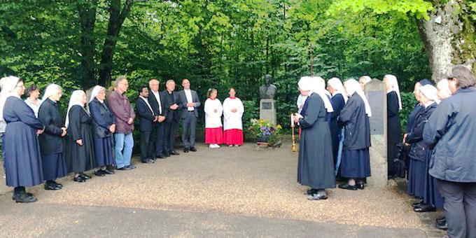 Wie schon in den vergangenen Jahren kamen die Besucher um 18 Uhr zu einer Statio an der Stele mit der Büste von Karl Leisner zusammen. Dort begrüßte die Oberin der Vinzentinerinnen, Schwester Epiphania Böhm, die Anwesenden. (Foto: Grimm)