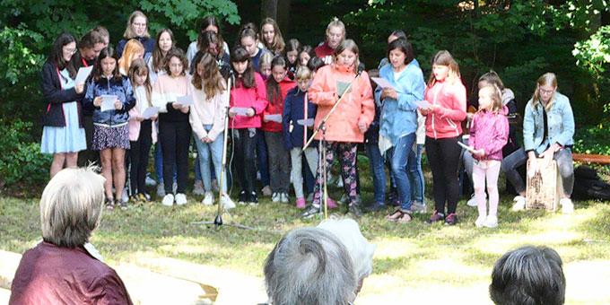 Mädchen der Ferienwoche der SchönstattMJF gestalteten den Festgottesdienst an Maria Himmelfahrt am Schönstatt-Heiligtum beim Canisiushof im Bistum Eichstätt mit (Foto: Josef Pfaller)