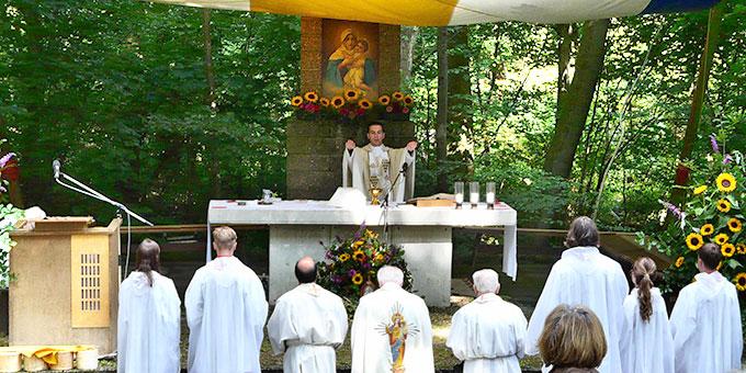 Neupriester Sebastian Braun beim Primizsegen (Foto: Josef Pfaller)