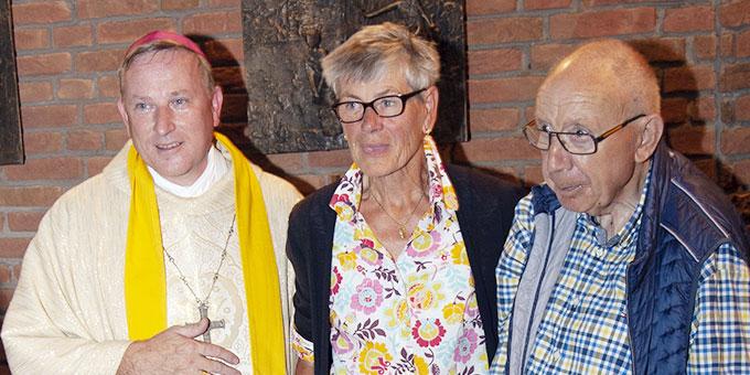 Jubiläumssegen zur Goldhochzeit vom Weihbischof (Foto: Klas Unland)