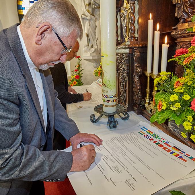 Die erste Unterschrift leistet Rektor Egon M. Zillekens (Foto: Brand)