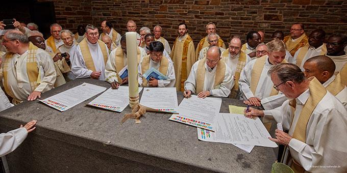Mit ihrer Unterschrift unter die Gründungsurkunde besiegeln die etwa 60 Mitglieder des Schönstatt-Priesterbundes, die bei der Gründungsversammlung anwesend sind die Urkunde, die in 5 Sprachen ausgestellt wurde (Foto: Brand)