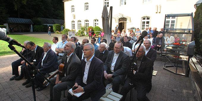 Zeugen und Mitfeiernde vor dem Urheiligtum (Foto: Brehm)
