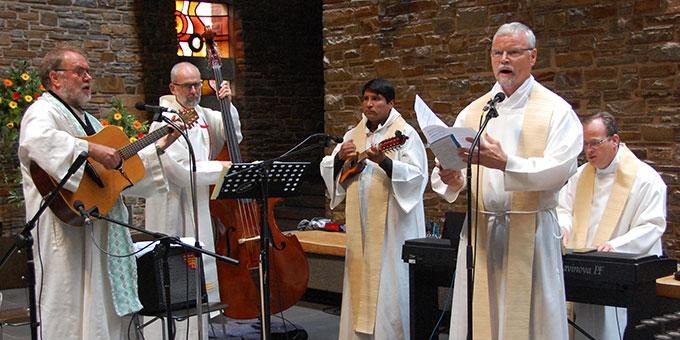 Eine Musikgruppe des Priesterbundes gestaltet den Gottesdienst (Foto: Brehm)
