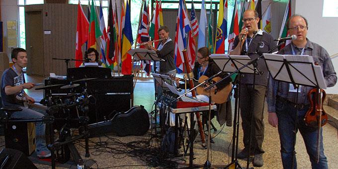 Eine Projektband gestaltet die Veranstaltung musikalisch (Foto: Brehm)