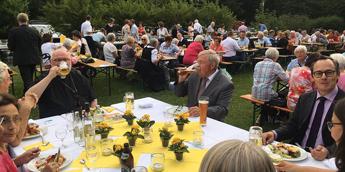 Zur Begegnung gehört auch ein zünftiges Maß Bier (Foto: Florian Kiess)