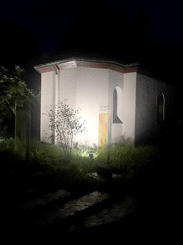 Eine der drei neuen Stelen, die am Heiligtum in München zur Information über den Ort und die Bewegung aufgestellt wurden (Foto: Florian Kiess)