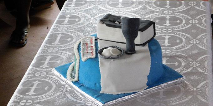 Für einen besonderen Priester muss es ein besonderer Kuchen sein (Foto: Förster)