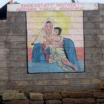 Auch in Laare findet sich ein Bild der MTA auf einer Kirchenmauer (Foto: Förster)