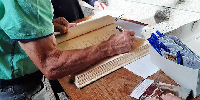 Liebesbündnisfeier: Eintragung ins Bündnisbuch (Foto: Schönstatt Pilgerzentrale)