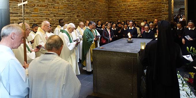 Gebet am Grab des Schönstatt-Gründers Pater Josef Kentenich, in der Dreifatigkeitskirche, Berg Schönstatt, Vallendar (Foto: Sr. Marita Zell)