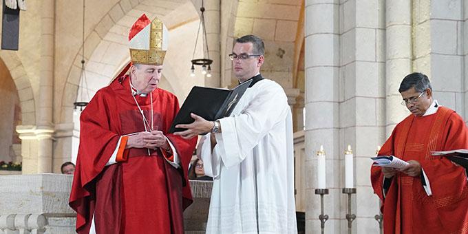 """Kardinal Kurt Koch verliest das Apostolische Schreiben von Papst Franziskus, in dem Henkes als """"heroischer Zeuge der christlichen Liebe"""" und als """"unerschrockener Verkünder des Evangeliums"""" gewürdigt wird (Foto: BistumLimburg)"""