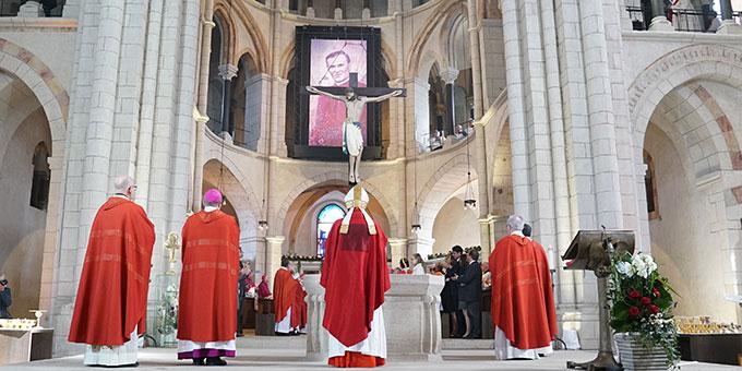 Während der Feier der Seligsprechung von Pallottinerpater Richard Henkes wird das Bild des neuen Seligen im Limburger Dom enthüllt. (Foto: BistumLimburg)