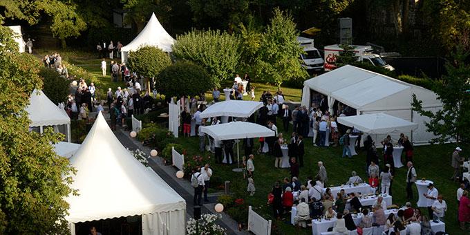 Bei strahlendem Sonnenschein waren alle Gäste zu einem Fest im Bischofsgarten eingeladen (Foto: BistumLimburg)