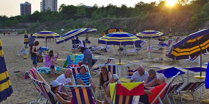 """""""Seelischer AKtivurlaub an der Adria"""": Abendliche Austauschrunde am Strand (Foto: Wittmann)"""