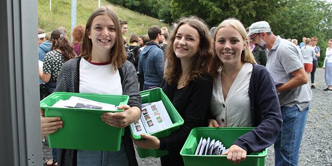 Nach dem Schlussgottesdienst und vor dem Mittagessen wird die neue Ausgabe der NotS auf dem Festivalgelände verteilt (Foto: Carolin Poppe)