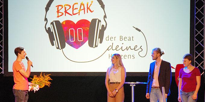Benedikt Herkommer (links), Leiter des Kernteams der NdH 2019, dankt allen Helferteams, allen Akteuren und (im Bild) den Moderatoren (Foto: Brehm)