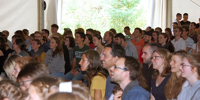 Das Publikum ist bis zum Schluss begeistert dabei (Foto: Brehm)
