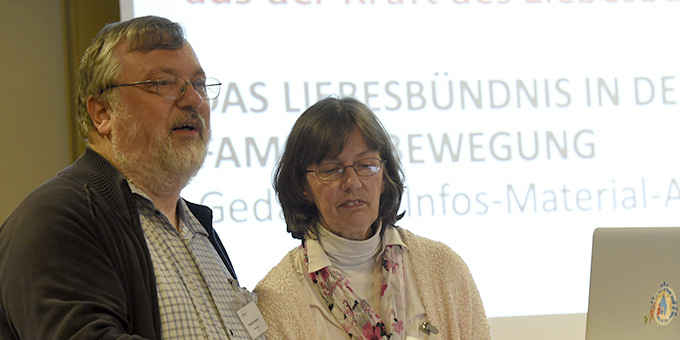 Claudia und Heinrich Brehm stellen einen neuen Flyer zum Thema Liebesbündis vor, der nun in die Erprobungsphase geht (Foto: Kröper)