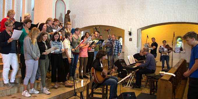 Den Eröffnungsgottesdienst der 10. Misiones in Deutschland gestalteten Chor und Musikgruppe der Gemeinden vor Ort mit (Foto: Johannes Müller)