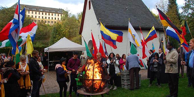 Das Bündnisfeuer brennt bei der Liebesbündnisfeier am 18. Oktober 2019 am Urheiligtum in Schönstatt, Vallendar (Foto: Brehm)