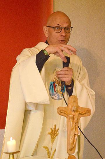 Pere Jean Marie Moura, Cambrai, spricht über das Kreuz der Einheit (Foto: Dorothée Quennesson)