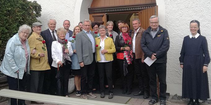 """Die """"Jubel-Paare"""" vor dem Urheiligtum in Schönstatt, Vallendar (Foto: Elberich)"""