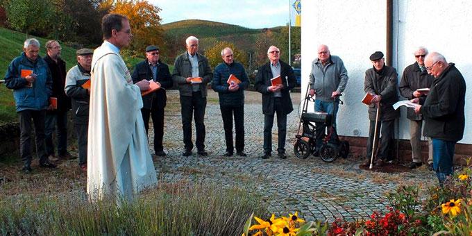 Gebetsmoment an der Franz-Reinisch-Stele (Foto: Manfred Schemel)