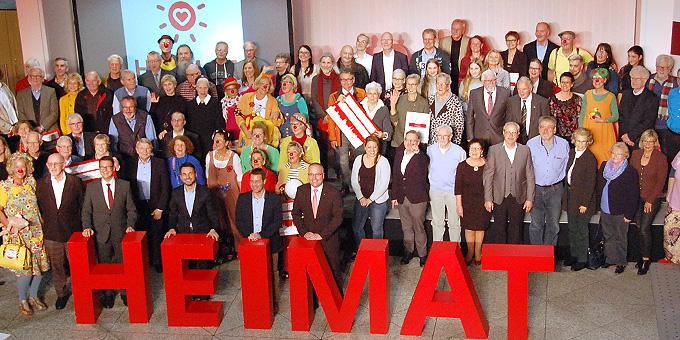 """Mitglieder der """"HeimatHelden""""-Preisträger-Vereine in der Hauptgeschäftsstelle der Sparkasse Koblenz (Foto: Brehm)"""