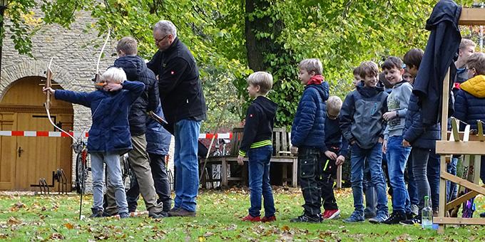 Bogenschießen vor dem Schönstatt-Heiligtum in Münster beim Robin Hood Wochenende (Foto: Andreas Mergler)