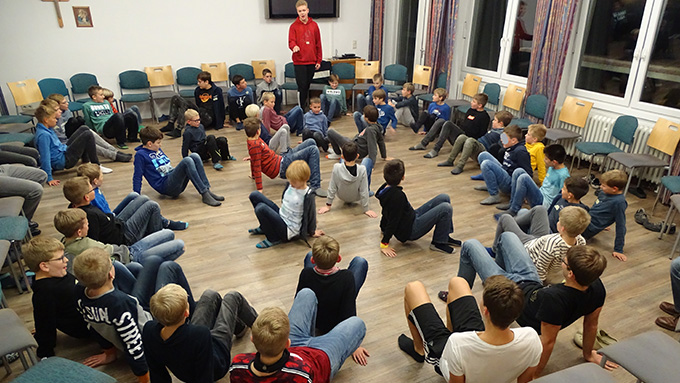 "Gruppenspiele machten viel Spass. Hier das ""Krabbencatchen"" (Foto: Andreas Mergler)"