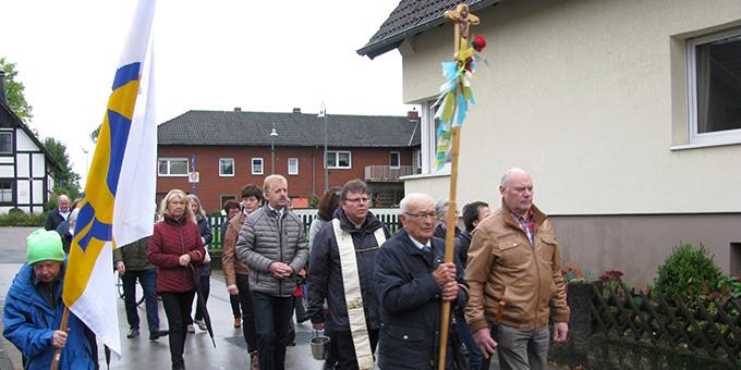 Pilgerweg von der Pfarrkirche zum Schönstattzentrum (Foto: Roberg)