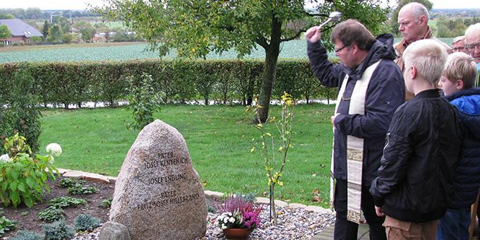 Segnung des Gedenksteines im Schönstattzentrum Benhausen (Foto: Roberg)
