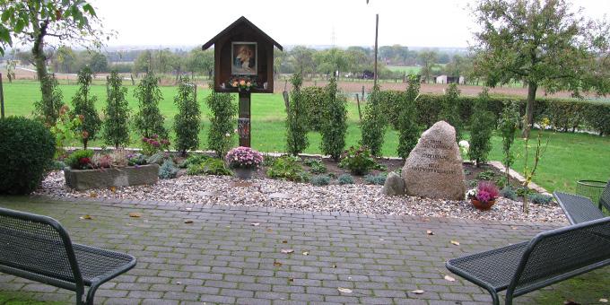Der Gedenkstein erinnert an Pater Josef Kentenich, Josef Engling und Pater Fritz-Josef Hillebrand (Foto: Roberg)