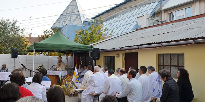 Beim Gottedienst im Hof des Hauses (Foto: S-MS)